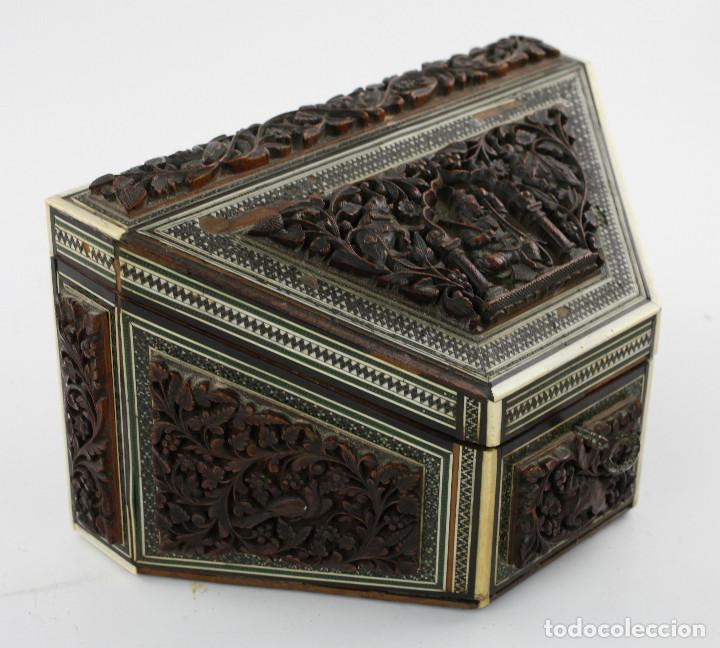 CAJA TAREJETERO ORIENTAL, TALLADA EN MADERA, 15X24,5X15CM. VER FOTOS ANEXAS (Antigüedades - Hogar y Decoración - Cajas Antiguas)