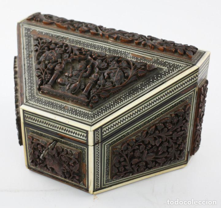 Antigüedades: CAJA TAREJETERO ORIENTAL, TALLADA EN MADERA, 15x24,5x15cm. Ver fotos anexas - Foto 3 - 198135007