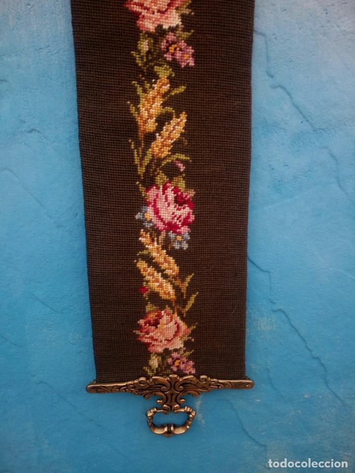 Antigüedades: TAPIZ BORDADO À MANO.CON BORDES DE BRONCE PARA COLOCAR CAMPANA ,LLAMADOR. - Foto 3 - 198144512