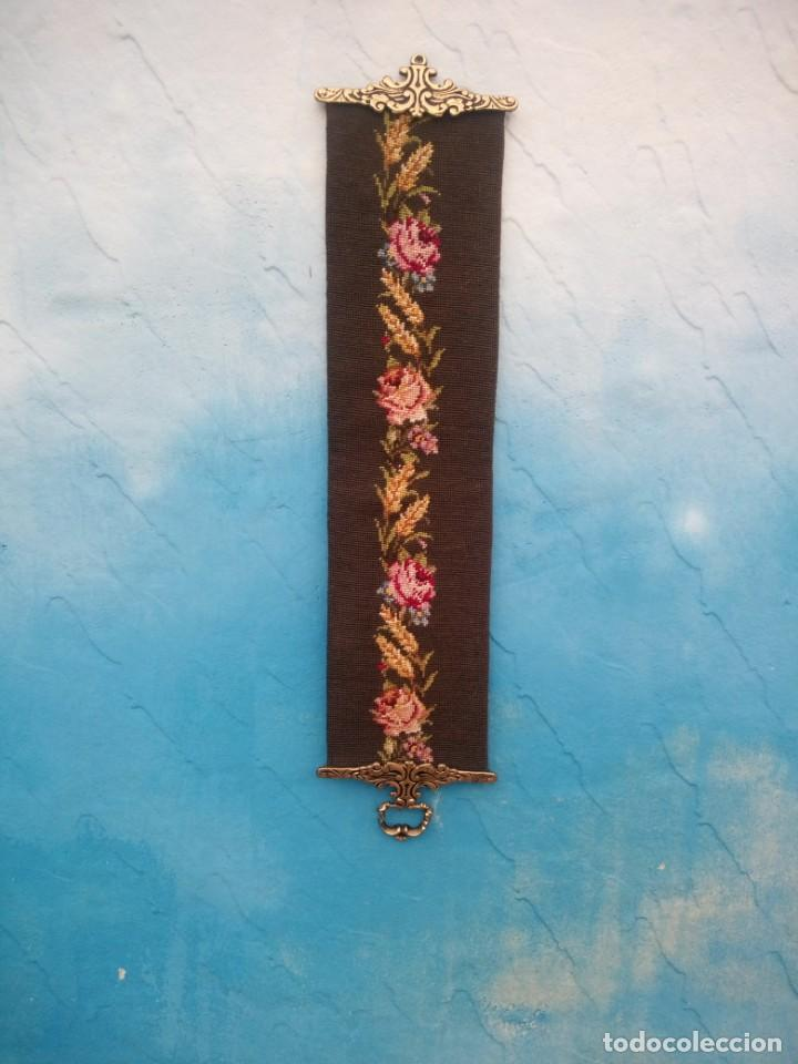 TAPIZ BORDADO À MANO.CON BORDES DE BRONCE PARA COLOCAR CAMPANA ,LLAMADOR. (Antigüedades - Hogar y Decoración - Campanas Antiguas)
