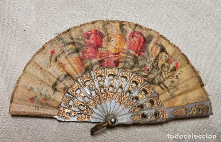 ABANICO EN MINIATURA. PLÁSTICO Y TELA. ESPAÑA. AÑOS 50 (Antigüedades - Moda - Abanicos Antiguos)