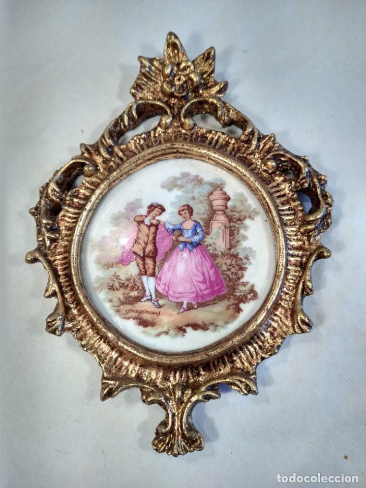 PORCELANA ENMARCADA DE ESCENA GALANTE FIRMADA FRAGONARD. EL BAILE. FRANCIA. (Antigüedades - Porcelana y Cerámica - Francesa - Limoges)
