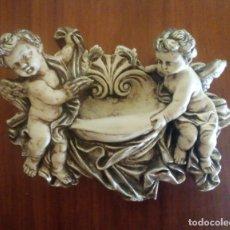 Antigüedades: PILA BENDITERA DE ESTUCO CON DOS QUERUBINES.. Lote 198247686