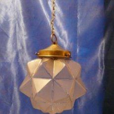Antigüedades: LAMPARA ART DECO CON GLOBO MATE/CLARO Y MONTURA DE LATON. Lote 198293560