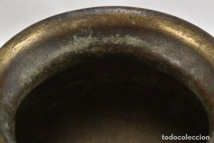 Antigüedades: Antiguo e impresionante pote celta escudo patas labradas bronce siglo XVII 5,5 kilos pieza museo - Foto 5 - 198344631