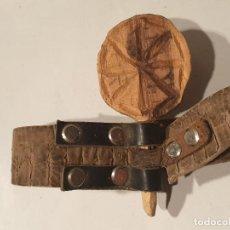 Antigüedades: ARTE PASTORIL COLLAR CON PASADOR DE BOJ TALLADO, PARA CENCERRO. Lote 198375053