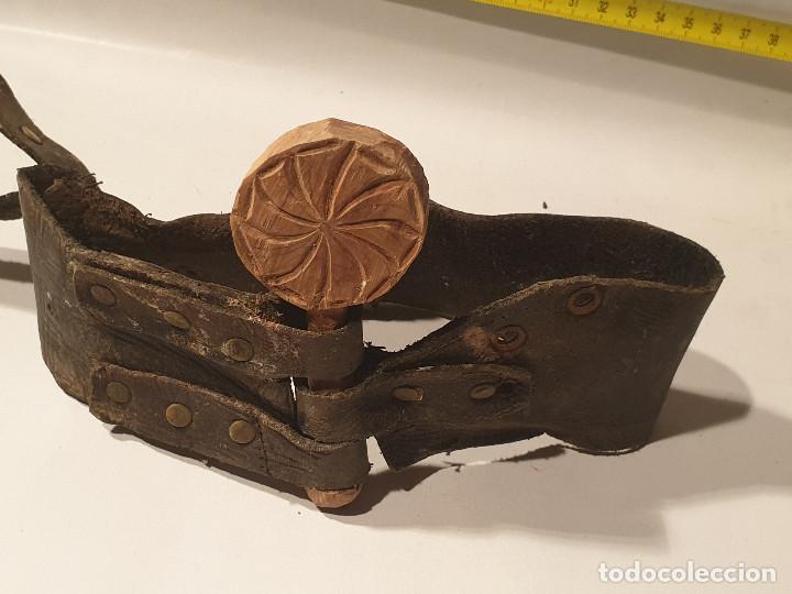 Antigüedades: ARTE PASTORIL COLLAR CON PASADOR DE BOJ TALLADO, PARA CENCERRO - Foto 5 - 198375295