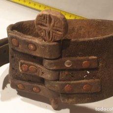 Antigüedades: ARTE PASTORIL COLLAR CON PASADOR DE BOJ TALLADO, PARA CENCERRO. Lote 198376066