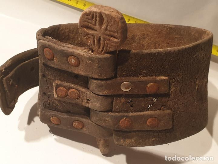 Antigüedades: ARTE PASTORIL COLLAR CON PASADOR DE BOJ TALLADO, PARA CENCERRO - Foto 2 - 277005198