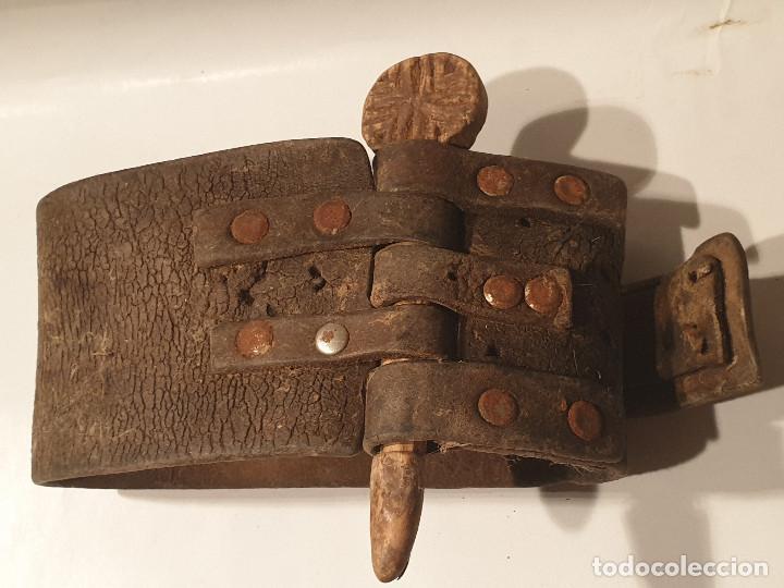 Antigüedades: ARTE PASTORIL COLLAR CON PASADOR DE BOJ TALLADO, PARA CENCERRO - Foto 6 - 277005198