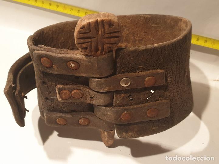 Antigüedades: ARTE PASTORIL COLLAR CON PASADOR DE BOJ TALLADO, PARA CENCERRO - Foto 8 - 277005198
