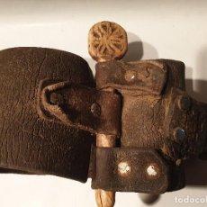 Antigüedades: ARTE PASTORIL COLLAR CON PASADOR DE BOJ TALLADO, PARA CENCERRO. Lote 198403058