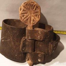Antigüedades: ARTE PASTORIL COLLAR CON PASADOR DE BOJ TALLADO, PARA CENCERRO. Lote 198404370