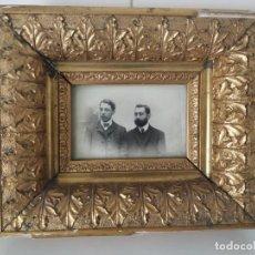 Antigüedades: ANTIGUO MARCO DE MADERA ESTUCADA, DORADA CON PAN DE ORO Y FOTOGRAFÍA SEÑORES. SIGLO XIX. Lote 198531527