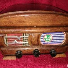 Antigüedades: BONITO COSTURERO TIPO RADIO. Lote 198537776