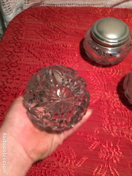 Antigüedades: Antiguo juego de tocador perfumero, polvera y botella cristal tallado de los años 50 - Foto 6 - 198734585