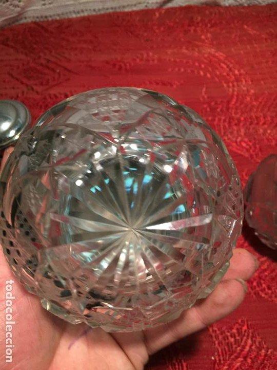 Antigüedades: Antiguo juego de tocador perfumero, polvera y botella cristal tallado de los años 50 - Foto 9 - 198734585
