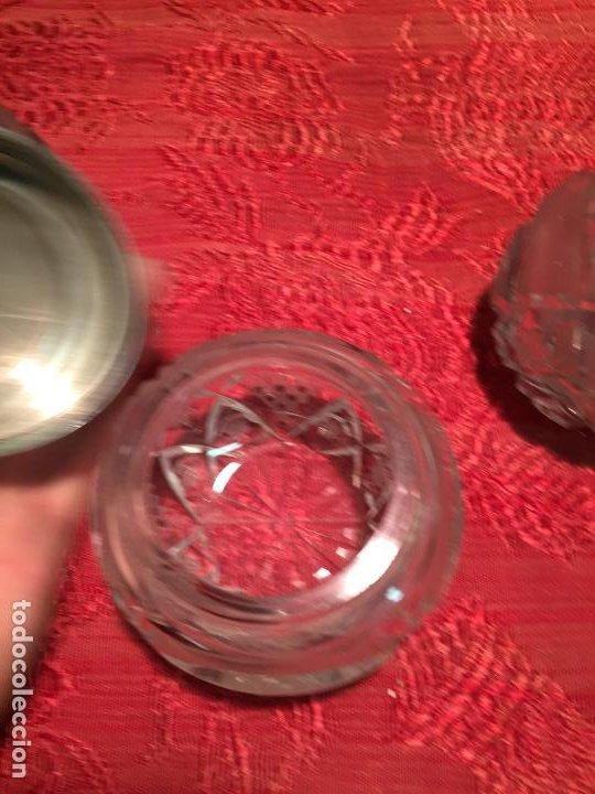 Antigüedades: Antiguo juego de tocador perfumero, polvera y botella cristal tallado de los años 50 - Foto 10 - 198734585