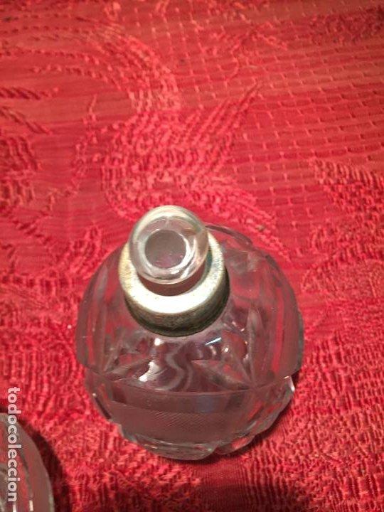 Antigüedades: Antiguo juego de tocador perfumero, polvera y botella cristal tallado de los años 50 - Foto 12 - 198734585