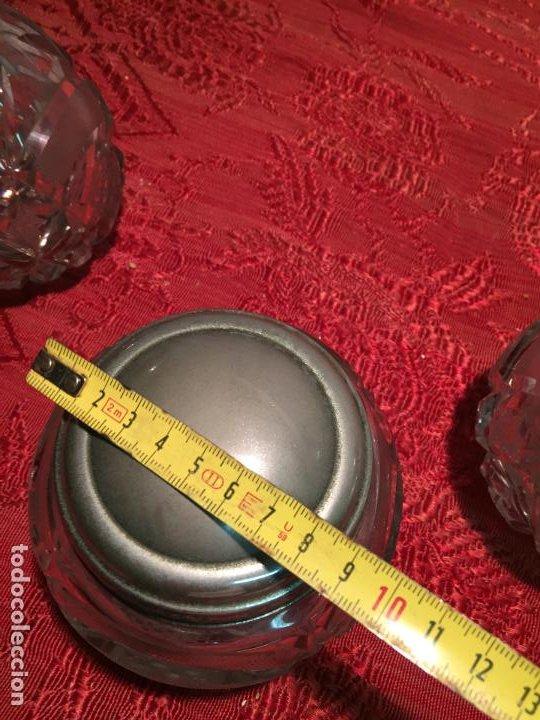 Antigüedades: Antiguo juego de tocador perfumero, polvera y botella cristal tallado de los años 50 - Foto 16 - 198734585