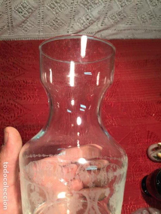 Antigüedades: Antiguo jarrón / florero / botella de agua de cristal dibujado al ácido años 50-60 - Foto 3 - 198748360