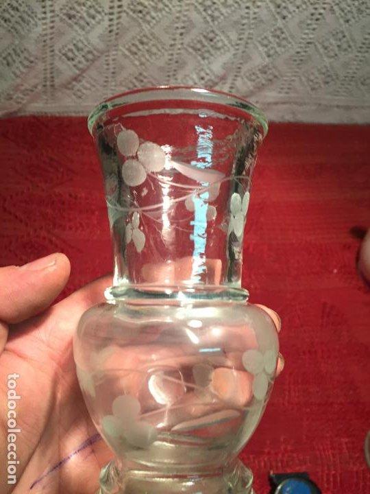Antigüedades: Antiguo jarrón / florero de cristal tallado a mano de los años 40-50 - Foto 3 - 198749017