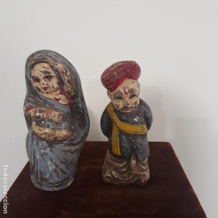 PAREJA DE ESCULTURAS COMICAS POLICROMADAS INDIA SIGLO XIX (Antigüedades - Hogar y Decoración - Figuras Antiguas)
