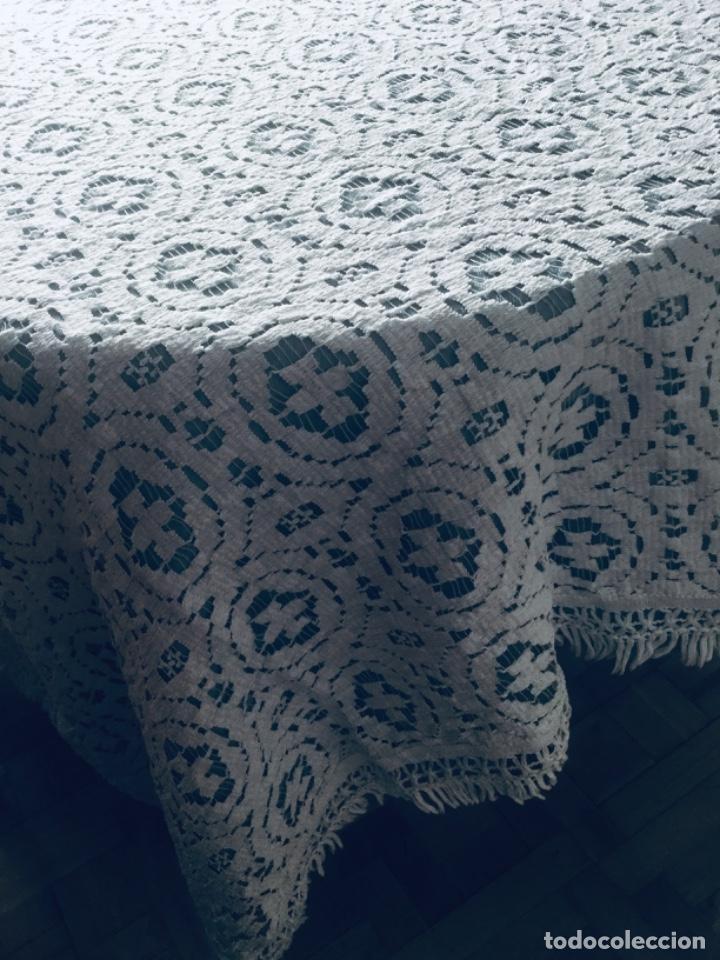 Antigüedades: Colcha/ mantel de encaje blanca con flecos, perfecto estado - Foto 3 - 198832743