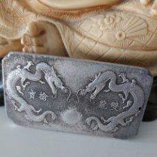 Antigüedades: ESPECTACULAR LINGOTE DE PLATA TIBETANA CON 2 DRAGONES Y SELLO DE ORFEBRERÍA. Lote 220262113