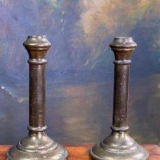 Antigüedades: PAREJA DE PEQUEÑOS Y BRILLANTES CANDELABROS EN METAL. Lote 198932928