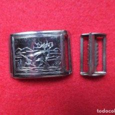 Antigüedades: ANTIGUA HEBILLA CAZA METALICA CON GRABADO DE RENO CIERVO COMPLETA DOS PIEZAS. Lote 198946593