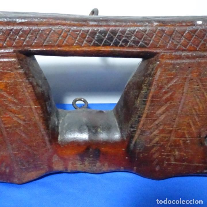 Antigüedades: Antiguo Yugo Vasco de madera tallada. - Foto 8 - 198952235