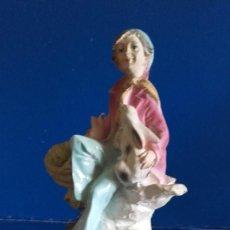 Antigüedades: DUENDE EN MARMOLINA / SOBRE PEDESTAL DE MADERA / MIDE 19 CMS. Lote 198960265