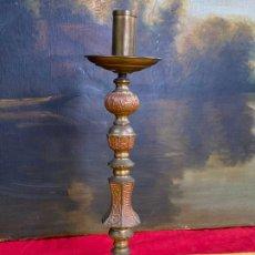 Antigüedades: PRECIOSO CANDELABRO EN BRONCE O LATON DE IGLESIA. Lote 198980578