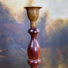 Antigüedades: CANDELABRO LAMPARA EN BRONCE O LATON Y MADERA. Lote 198993473