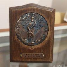 Antigüedades: IMAGEN CAPILLA EN MADERA Y METAL DE LA VIRGEN DEL PILAR 9,5 X 7,5 CM. Lote 199084817