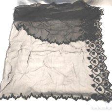 Antigüedades: MANTILLA DE ENCAJE DE BLONDA NEGRA. MED. 45 X 90 CM. Lote 199086362