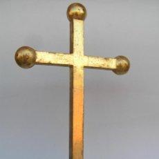 Antigüedades: CRUZ DE MADERA AL PAN DE ORO. DE RETABLO. ANTIGUA. 29 CM.. Lote 199147862