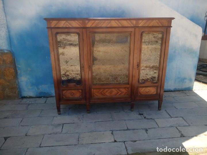 Antigüedades: Espectacular vitrina librería años 30 3 puertas,estilo frances,rejilla metalica en la puerta central - Foto 2 - 199149113