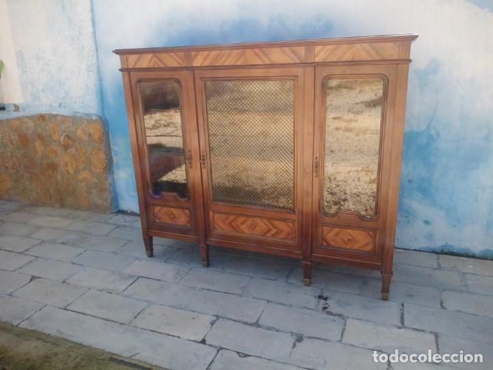 Antigüedades: Espectacular vitrina librería años 30 3 puertas,estilo frances,rejilla metalica en la puerta central - Foto 3 - 199149113