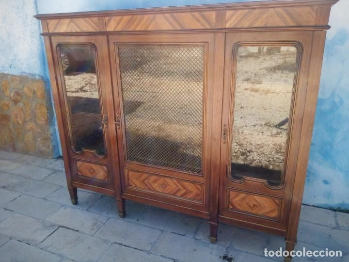 Antigüedades: Espectacular vitrina librería años 30 3 puertas,estilo frances,rejilla metalica en la puerta central - Foto 4 - 199149113