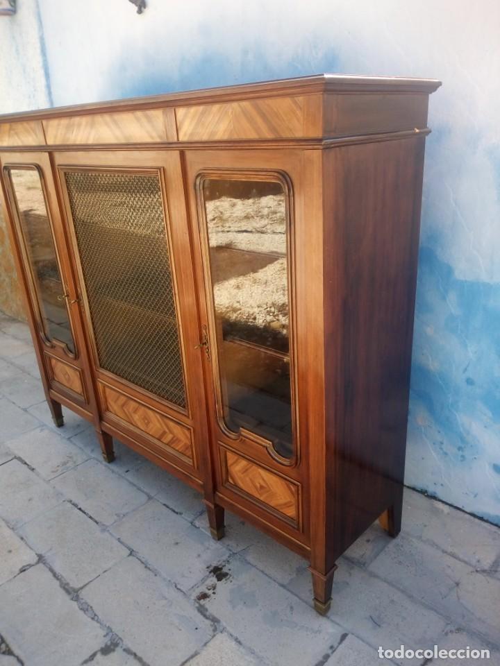 Antigüedades: Espectacular vitrina librería años 30 3 puertas,estilo frances,rejilla metalica en la puerta central - Foto 8 - 199149113