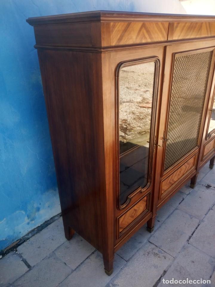 Antigüedades: Espectacular vitrina librería años 30 3 puertas,estilo frances,rejilla metalica en la puerta central - Foto 9 - 199149113