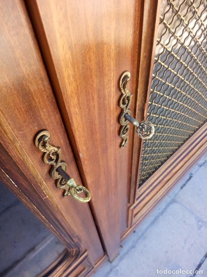 Antigüedades: Espectacular vitrina librería años 30 3 puertas,estilo frances,rejilla metalica en la puerta central - Foto 10 - 199149113