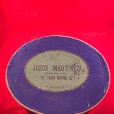 Antiguidades: CAJA FÁBRICA DE GORRAS JESUS MARTINEZ (ANTIGUO OFICIAL DE RUBIO) MADRID. Lote 199182880
