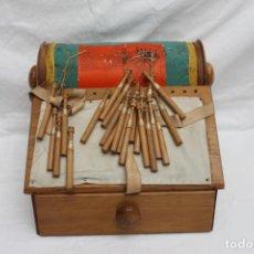 Antigüedades: ANTIGUO BOLILLERO DE MADERA COMPLETO, CAJONERA, 45 BOLILLOS. Lote 199242310