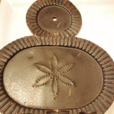 Antigüedades: PORTA VELAS EN METAL NEGRO PIEZA ESPECIAL. Lote 199253305
