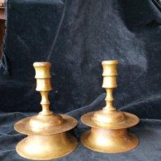 Antigüedades: PAREJA DE CANDELEROS DE CARRETE ANTIGUOS. Lote 199350081