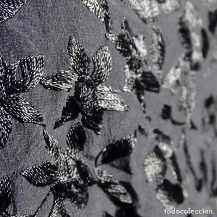 Antigüedades: Mantón de Manila negro de luto con bordado y flecos. - Foto 5 - 199376727