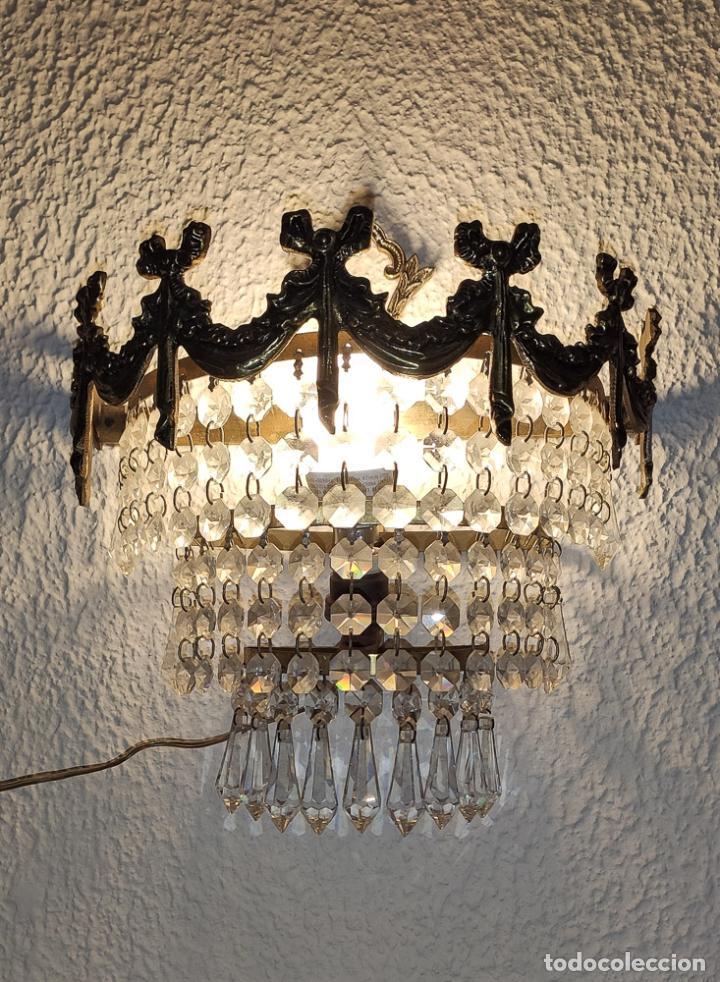 MAGNÍFICO APLIQUE DE BRONCE CON LÁGRIMAS DE CRISTAL. (Antigüedades - Iluminación - Apliques Antiguos)